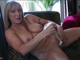 порно брюнетка с натуральной грудью