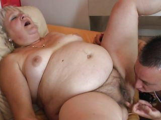 Порно девушка сосет у коня
